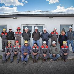 Imagen de un grupo de operarios fuera de las instalaciones de Petrominera