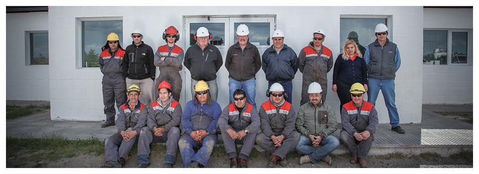 Foto del personal fuera de las oficinas de Petrominera